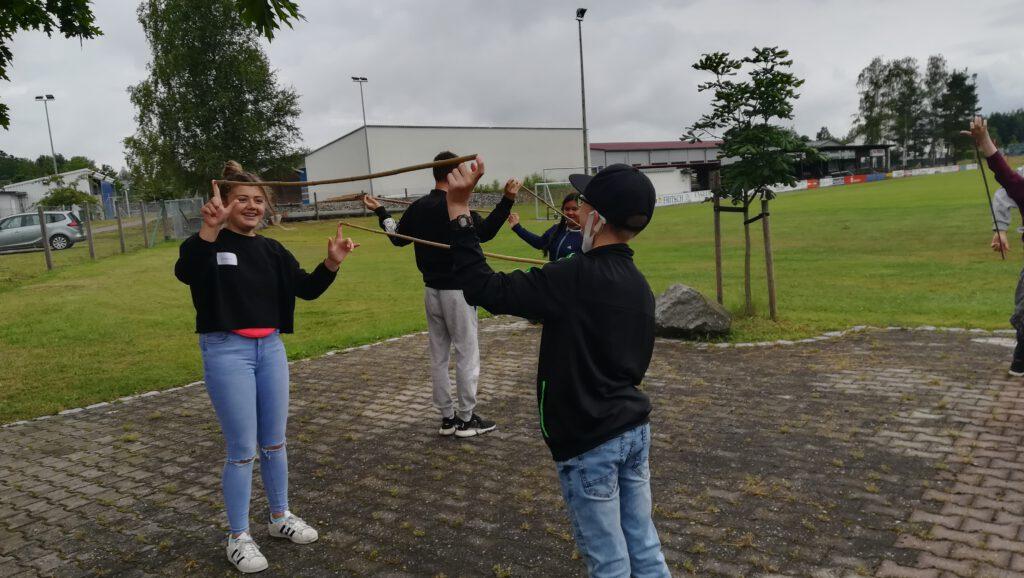 Teenies an der Grünfläche